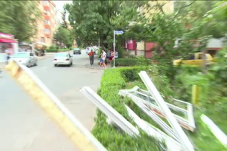 Un balcon luat de vant era sa cada peste un taxi la Pitesti. Lucrarea de mantuiala care putea duce la o tragedie