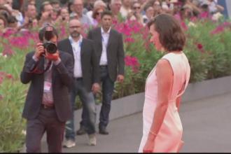 Festivalul de Film de la Venetia. Actrita Mila Jovovich si-a prezentat burtica de gravida pe covorul rosu