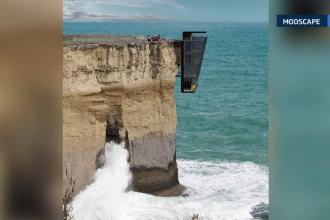 Casa suspendata pe un mal stancos, deasupra oceanului. Proiectul curajos al unei companii din Australia