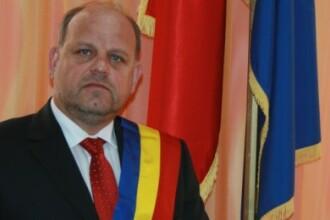 Primarul din Radauti, ridicat de DNA, fiind suspectat ca ar fi santajat un consilier local