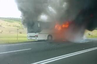 Autocar plin cu 11 pasageri, cuprins de flacari pe un drum din Cluj. Soferul a vazut in oglinda flacarile