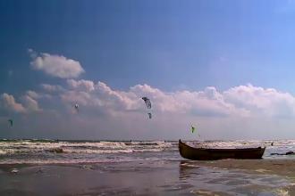 Litoralul ajunge toamna raiul pasionatilor de kitesurfing. Cat ii costa pe cei curajosi un astfel de hobby