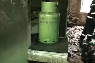 Urmarile exploziei unei butelii intr-un bloc din Suceava. Deflagaratia, cauzata intentionat de un barbat care a fugit