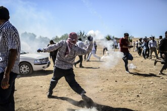 100.000 de kurzi din Siria au fugit in Turcia de teama jihadistilor. Turcii au inchis granitele si au folosit tunuri cu apa