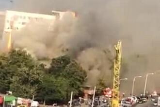 Incendiu puternic in cartierul Drumul Taberei din Bucuresti. Flacarile au ajuns la o biserica de lemn din apropiere