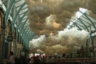 Spectacol de lumini in piata Covent Garden din Londra. O suta de mii de baloane cu heliu vor fi expuse timp de o luna