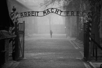 S-a nascut in Auschwitz si a scapat pentru ca era prea slabita ca sa planga. Povestea celei mai tinere supravietuitoare