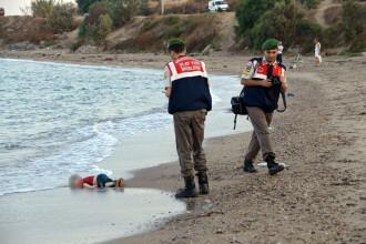 Cum a inteles revista Charlie Hebdo sa redea drama baietelului sirian inecat. Caricaturile au starnit controverse aprinse