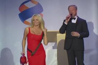 Pamela Anderson isi vinde pluta din BayWatch pentru a ajuta o gradina zoologica distrusa de inundatii