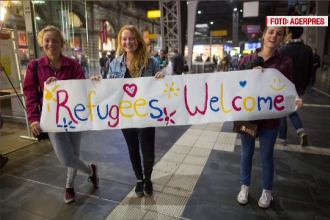 17.000 de refugiati au ajuns in Germania, in acest weekend. Sute de oameni i-au asteptat in gari cu mancare: