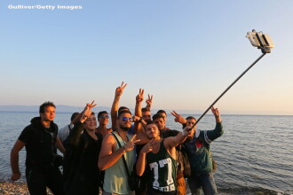 Refugiat, dar cu gadget. Sirienii care au ajuns pe insula Lesbos au celebrat