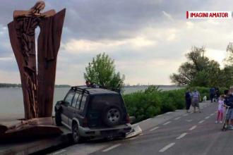 Un sofer din Galati a zburat cu masina pe sosea, s-a prabusit peste faleza si a ajuns cu masina intr-un monument. Ce a patit