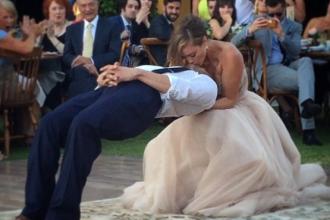 Invitatii au ramas fara cuvinte cand au vazut ce a facut acest magician la nunta. Mirele leviteaza, in timpul dansului. FOTO