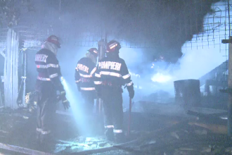 Incendiu violent la un atelier de tamplarie din Capitala. Pompierii au stins cu greu flacarile