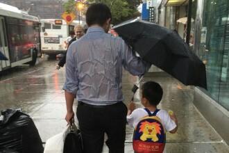Fotografia care a cucerit internetul. Gestul facut de un tata pentru fiul sau nu are nevoie de nicio descriere
