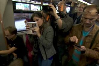 Cum a sarbatorit metroul din Bruxelles implinirea a 60 de ani de la inaugurare. Toti calatorii si-au scos mobilele sa filmeze