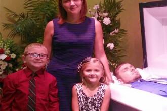 Motivul tulburator pentru care aceasta mama si-a pozat copiii langa sicriul tatalui mort.