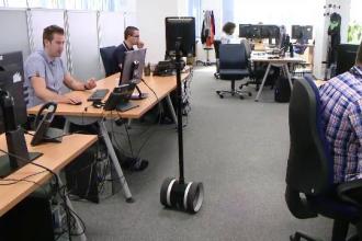 Robotul care se plimba printre angajati si face legatura directa cu clienti din alte tari. Cat costa si cum functioneaza