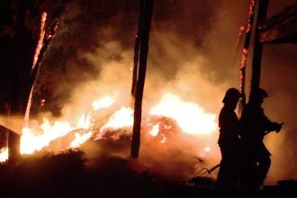 Incendii in lant la Sinesti. Familia tanarului torturat pana la moarte ar fi pus la cale o razbunare crunta