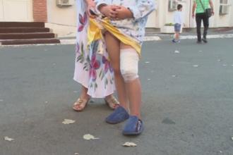 Fetita de 5 ani, muscata de un caine maidanez in curtea unui spital din Galati. Medicii preiau pacientii cu ajutorul unui par