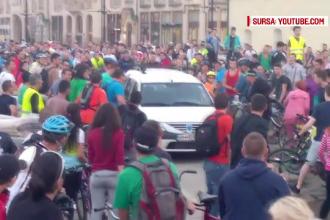 Scandal pe strada intre un grup de biciclisti si un sofer italian. Barbatul a intrat cu masina peste ei in timpul unui mars
