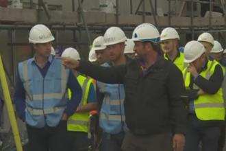 Printii William si Harry, muncitori in constructii. Cei doi au ajutat la renovarea unor locuinte sociale din Manchester
