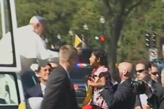 Intalnirea emotionanta dintre Papa Francisc si o fetita din public, la Washington. Ce scrisoare i-a inmanat micuta. VIDEO