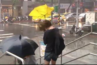 Haos provocat de taifunul Dujuan, in Taiwan. 2 morti, 325 de raniti si o jumatate de milion de persoane ramase fara curent
