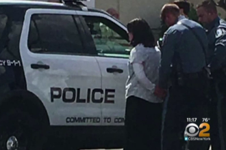 O profesoara si un fost politist au salvat o fetita de 4 luni, lasata in soare, intr-o masina. Mama ei a fost arestata