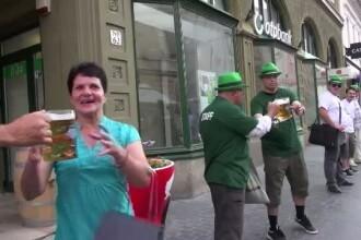 Este ultima zi a festivalului Oktoberfest din Brasov. Iubitorii de bere au format un lant de halbe in centrul orasului