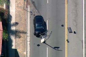 Un sofer american a facut prapad pe o autostrada din Los Angeles. Momentul in care masina ia foc dupa ce loveste un stalp