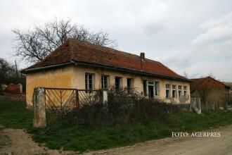 Peste 1.000 de scoli din Romania isi primesc maine elevii fara apa si cu WC in curte