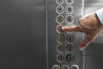 A ramas blocata in lift si a cerut ajutorul firmei de intretinere. Cat a trecut pana sa primeasca un raspuns