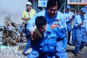 Scandal in Japonia, dupa ce un ministru a fost carat in spate ca sa nu se ude.