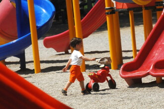 Copiii cu varsta pana in 3 ani, exceptati de la plata cheltuielilor de intretinere. Proiectul adoptat de Senat