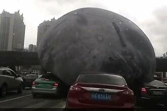 Panica intr-un oras chinez, dupa ce taifunul a eliberat un balon urias care a ajuns in trafic. Ce a urmat. VIDEO