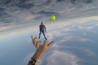 Filmare spectaculoasa printre nori. Doi parasutisti s-au jucat cu o minge de tenis dupa ce au sarit din avion