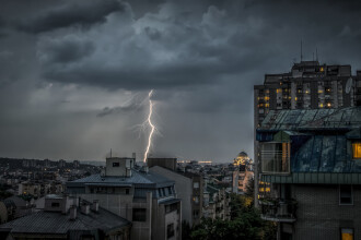 Ploi torenţiale şi furtuni în majoritatea zonelor ţării, începând de sâmbătă