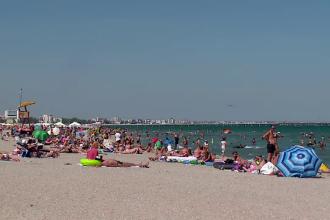 Plajele de pe litoral, pline de turişti. Vacanțele s-au ieftinit la jumătate