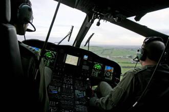 Un pilot a căzut dintr-un elicopter militar în timpul unei demonstraţii aeriene