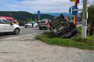 Microbuz cu pasageri, răsturnat pe DN 7, în Sibiu, după ce a acroşat un biciclist