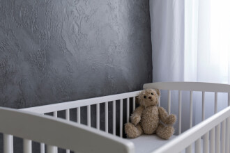 Părinți din Galați reținuți pentru că își băteau constant fetița de nici 2 ani