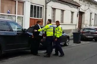 Medicul Benedek Imre a fost încătuşat pe stradă, după ce ar fi împins un polițist. VIDEO