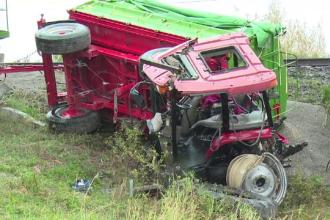 Tractor, izbit în plin de un tren cu elevi navetişti. Șoferul a murit