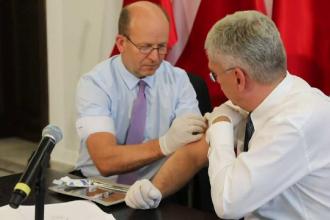 Doi oficiali polonezi s-au vaccinat unul pe altul în public ca să promoveze imunizarea