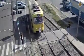 A traversat o linie de tramvai fiind atentă la telefon și s-a petrecut o tragedie. VIDEO