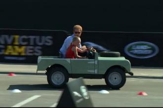 Prințul Harry a condus, alături de o fetiță, un SUV în miniatură