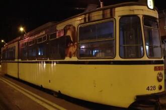 Un bătrân a fost lovit de un tramvai după ce s-a împiedicat pe trecerea de pietoni