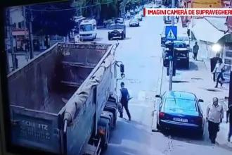 Momentul șocant în care un bătrân este prins sub roțile unui camion în timp ce traversa strada