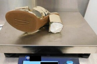 Ce au găsit polițiștii în pantofii cu toc ai unei femei. Au condamnat-o la închisoare